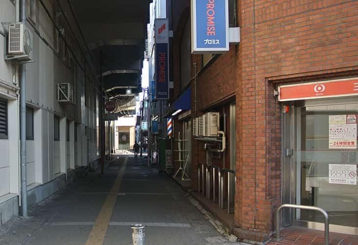 階段を下り、三菱東京UFJ銀行ATMコーナー(本八幡駅南口)を右手にして直進します。