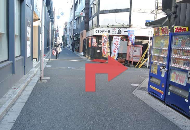 青い自動販売機と鳥一さんの間の道を右に曲がります。