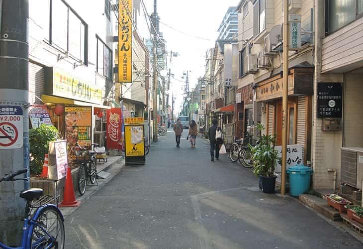 黄色い看板のしちりん(本八幡南口駅前店)さんが目印です。
