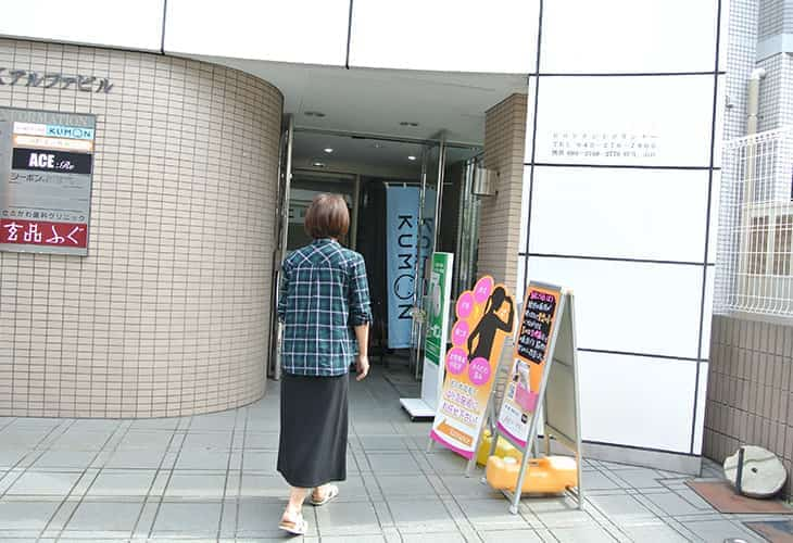 1階の玄品ふぐ(玄品本八幡)さんの入り口の横にビルの入り口があります。
