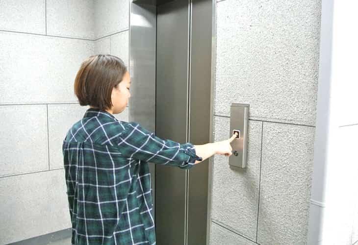 エレベーターで5階までお越しください。